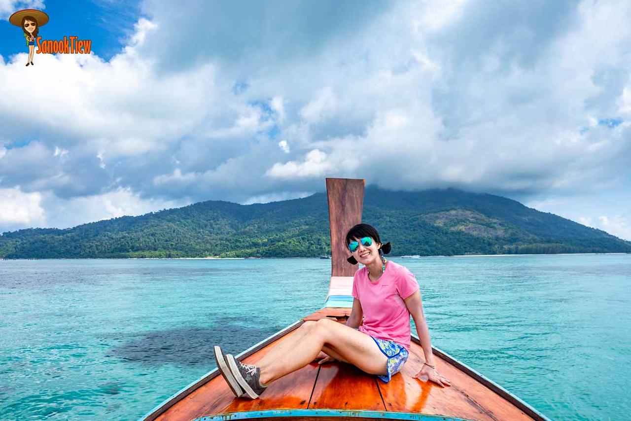 ไปดำน้ำตื้นค่ะ ข้างหน้านั่นคือ เกาะอาดัง หมอกหนาเชียว แต่ฝั่งหลีเป๊ะนี้แดดเปรี้ยงๆ เชียว