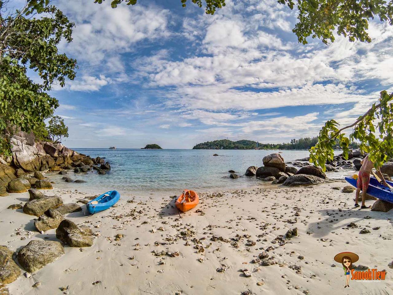 เกาะกละ หาดเป็นปะการังนะคะ ไม่แนะนำให้เดินเท้าเปล่า ได้แผลแน่นอนค่ะ