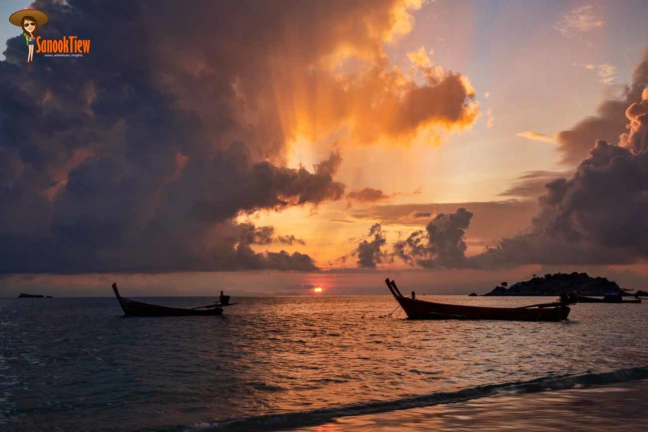 เที่ยวหลีเป๊ะ เดือนไหนสวย พระอาทิตย์ขึ้น ก็สวยต่างกันไปทุกเดือนเลยนะคะ นี่ที่หาดซันไรซ์ค่ะ