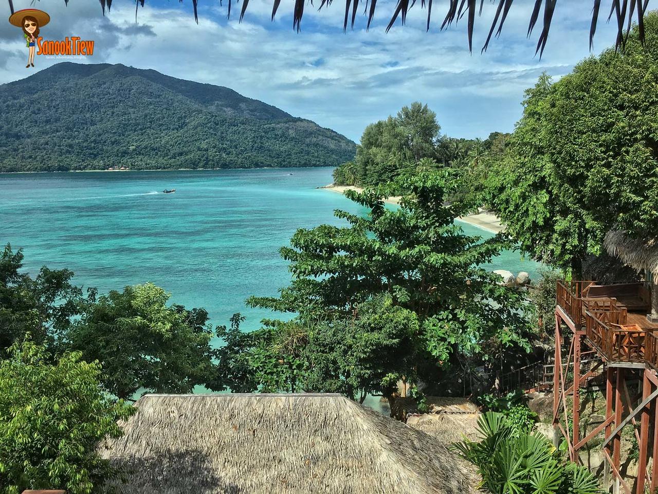 วิวจาก ระเบียง ที่พัก เกาะหลีเป๊ะ ที่ หาดซันเซ็ท (Senset Beach) สวย สุดจะบรรยายจริงๆ เงียบสงบและสวยงามแค่ไหน ดูได้เลยค่ะ