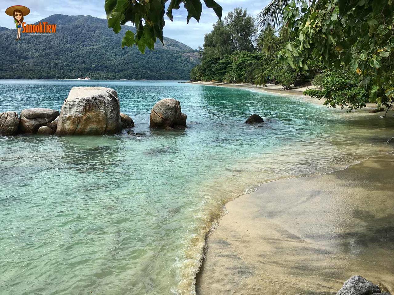 เกาะหลีเป๊ะ พักไหนดี ลองดู หาดซันเซ็ท (Senset Beach) สิคะ เงียบสงบมาก ร่มรื่นสุดๆ มีร่มไม้ตลอดหาดอีกด้วยค่ะ