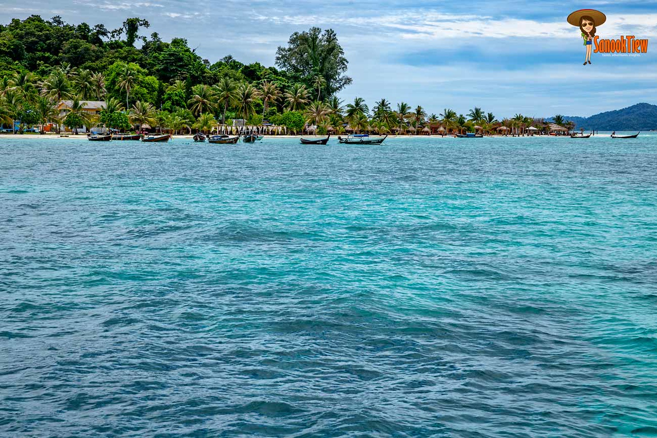 เกาะหลีเป๊ะ พักไหนดี นี่บรรยากาศฝั่งปลาย หาดซันไรซ์ ใกล้ๆ หาดซันเซ็ท ค่ะ