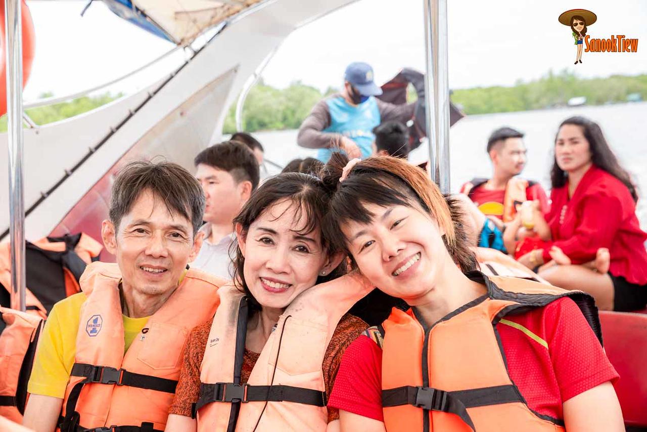 การเดินทางไป เกาะหลีเป๊ะ เพื่อความปลอดภัย นั่งเรือ ใส่เสื้อชูชีพ กันด้วยนะคะ