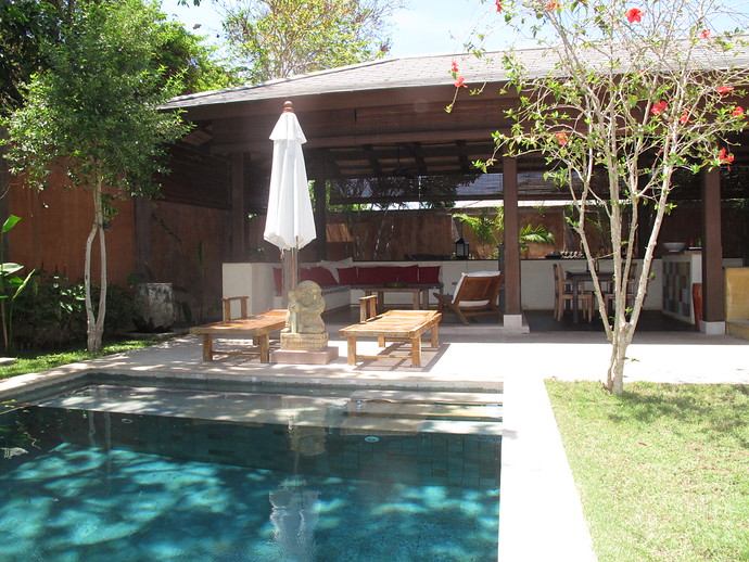 Alanta Villa Pool and living area