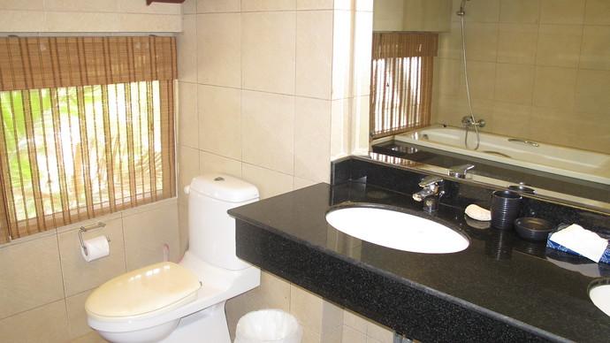 Lanta Beachfront Upstairs En Suite Bathroom