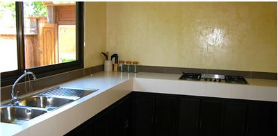 Equipped kitchen which includes a dining area and table