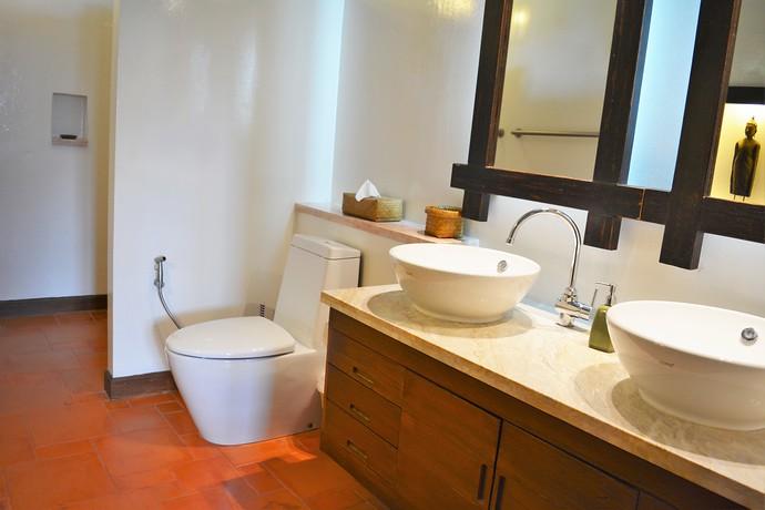 Villa Lipana ensuite bathroom with double wash basin