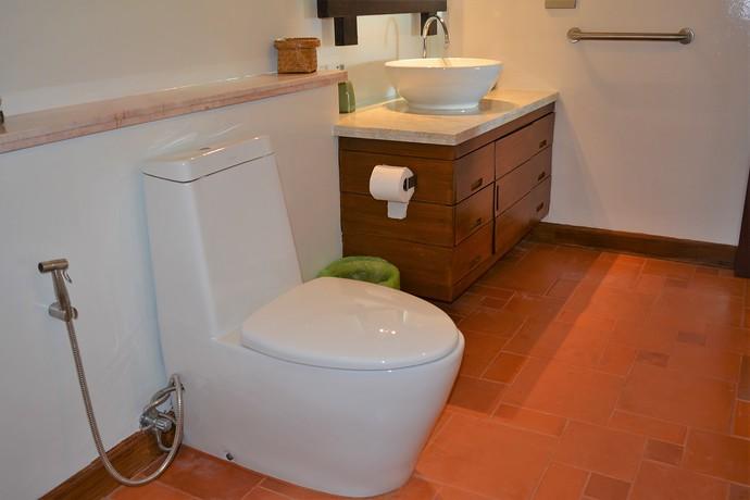 Villa Lipana ensuite bathroom with one washbasin