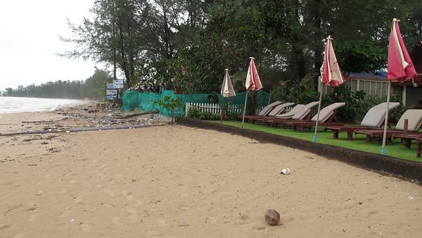 Royal Lanta resort on Khlong Dao Beach keeps the beach clean in green season