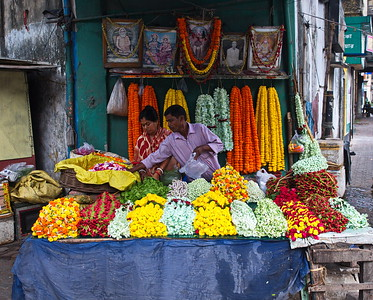 Here the flowers from the Mullick Ghatt vendors are resold on  local street corners.