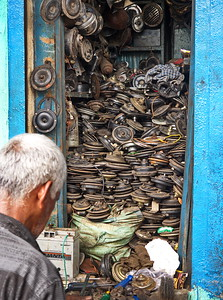 Arguably the most important part of your motor vehicle in India is the horn. This this roadside horn wala is your one stop horn repair shop.