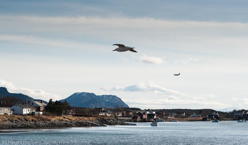 Widerøe i bakgrunnen inn for landing fra sør, 8. april 2014.