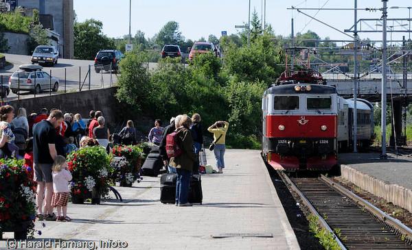 Persontog på Narvik jernbanestasjon. Passasjerer på tur til Sverige. Juli 2008.