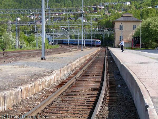 Passasjertog ankommer Narvik stasjon. Ofotbanen.
