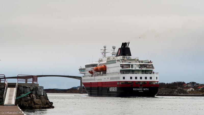 9. april 2014, Hurtigruteskipet Richard With forlater Brønnøysund på tur sør