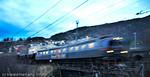 Malmtog på Ofotbanen passerer bebyggelsen på Furumoen,  på tur inn mot Narvik stasjon.