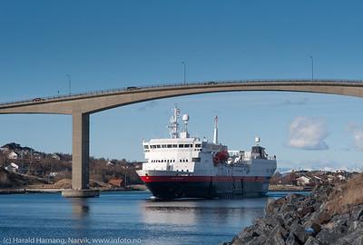 Hurtigrureskipet Vesterålen på tur ut fra havna i Brønnøysund, på tur sør, 8. april 2014.