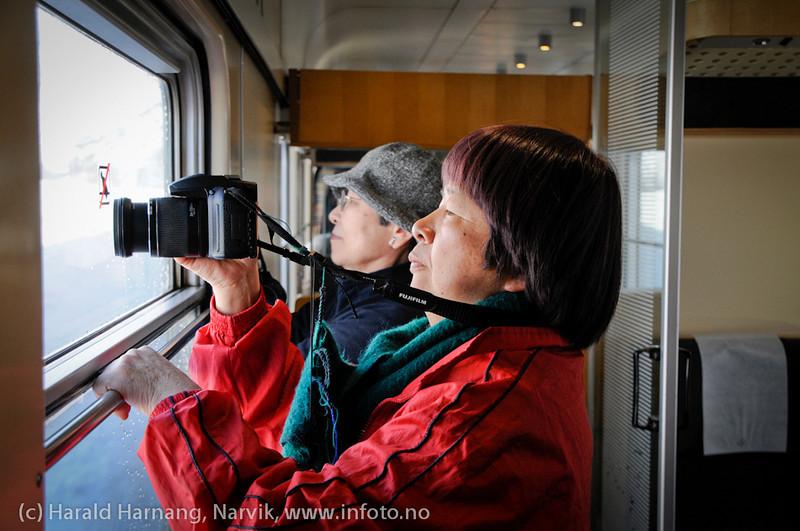 31.3.2011: Japanske turister på Nordkalott-tur, her med Ofotbanen på tur til Narvik