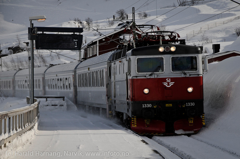 31.3.2011: Tog ankommer Riksgränsen stasjon på tur mot Narvik.