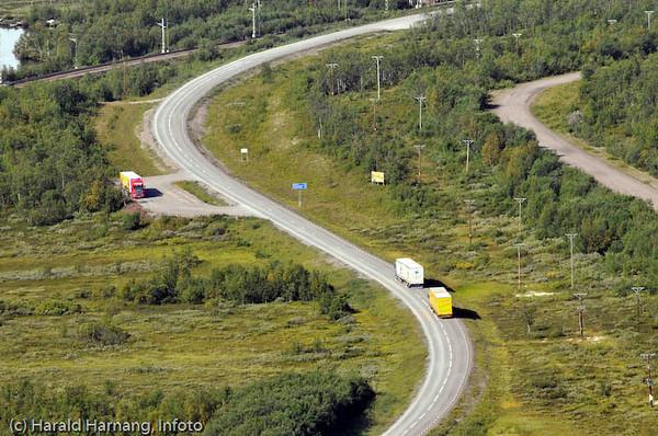 Mellomriksveien Narvik - Kiruna, E10.  Bilde like etter utkjøring fra Kiruna. Jernbanen sees øverst til venstre.
