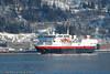 """Hurtigruteskipet MS Narvik på Narvik havn. Foran baugen Hurtigrutens hovedkontor i Narik. """"Narvik"""" ble bygget i 1982, og solgt i 2007."""