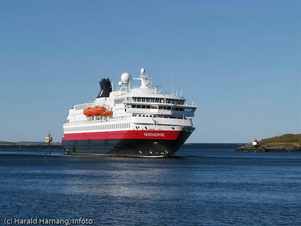 """Hurtigruteskipet MS Nordnorge på tur inn det smale sundet til Brønnøysund. """"Nordnorge"""" er bygget i 1997."""