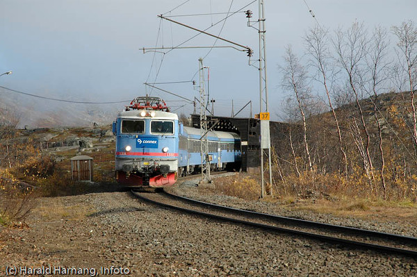 Tog på Ofotbanen, foto nær Haugfjell stasjon. 2. okt 2004.
