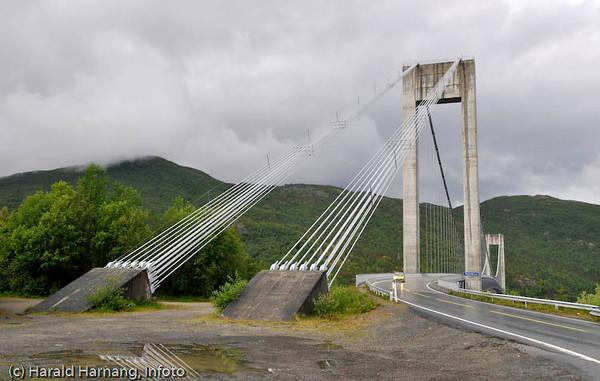 Skjombrua ca 20 km sør for Narvik langs E6. Krysser Skjomen-fjorden. Da den var bygget var den Norges lengste hengebru.