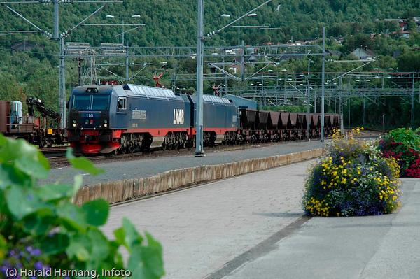 Malmtog ankommer Narvik stasjon med jernmalm/pellets. Juli 2005.