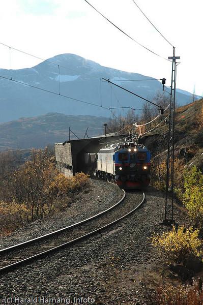 Tog på Ofotbanen, foto nær Haugfjell stasjon.