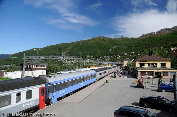 Narvik jernbanestasjon. Langt passasjertog.
