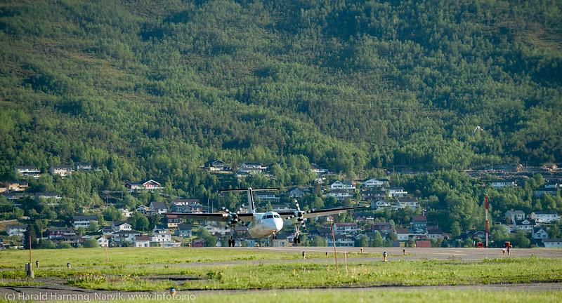 Narvik lufthavn, Widerøe-maskin lander kl 1945. 20. mai 2013.