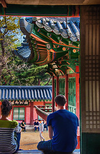 2014-04-13_Changdeok_doorway_couple-HDR-145-