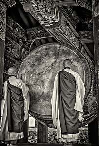 20130519_Heinsa_2Monks_Drumming-mono-9276