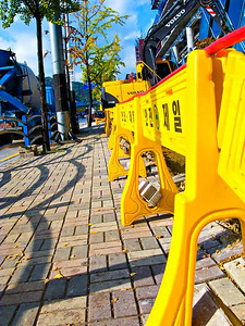 SidewalkConstructionYellow-3099