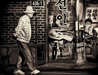 2012-05-04_NakwonStreet_OldsterStrolling-0881-mono