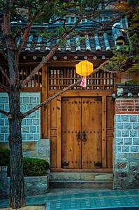 2015-05-24_Seoul_Gawhae-dong_Hanok_Door_Lantern_HDR-9055-