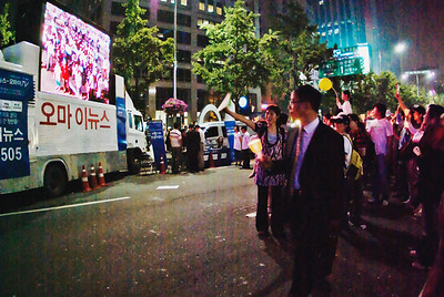 Crowd checking themselves out while being broadcasted by OhMyNews! on Shinmunro avenue.