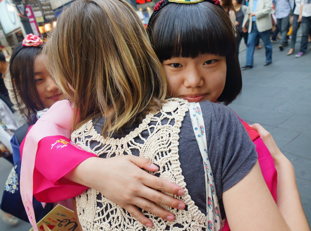 Audrey Bergner (That Backpacker) accepting free hugs from cute Korean girls in Insadong - Seoul, Korea