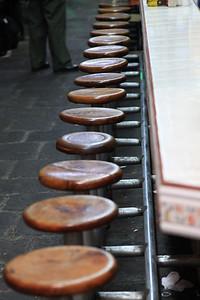 Krzesełka w knajpce, w jednej puste w innej trudno znalezc miejsce