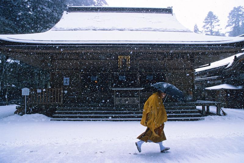 Moine devant un petit temple à l'entrée de l'Okuno-In. Koya San/Ile de Honshu/Japon