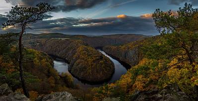 Meandr řeky Vltava pohledem z vyhlídky Máj
