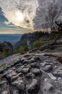 Výhled do skal v Českém švýcarsku nedaleko Pravčické brány.