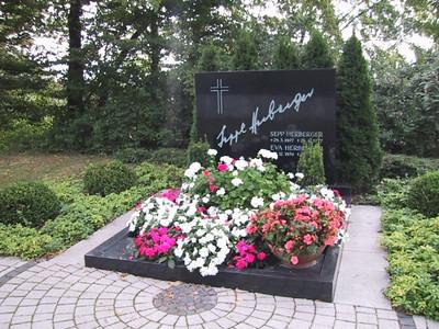 Grabmal aus Schwarz Schwed Granit