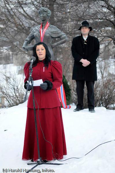 Svarta Bjørn 2008: Maria Adolfsen, Leknes. Bekransning av Svarta Bjørn-statue. I bakgrunnen overrallar Trond Hansen.