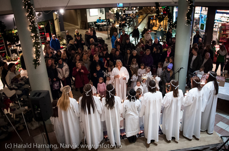 Narvik kirkes barne- og ungdomskantori. Lucia-arrangement på Amfi handlesenter, 13. desember 2012. Dir. Ingjerd Grøm.