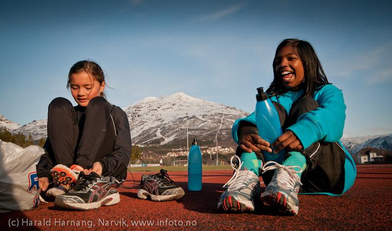 5.5.2011: Friidrettstrening på Narvik Stadion. Sol, +8 grader  og øverst i fjellet kjører slalomgjenget fortsatt på ski..