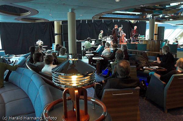 Jazz og prosa, del av litteraturseminar på Hurtigruta ved kai i Narvik under Vinterfestuka.