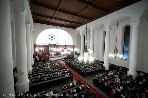 Julekonsert i Narvik kirke 24. desember 2010. Narvik barne- og ungdomskantori synger. Ved orgelet kantor Ingjerd Grøm. Prest Trond Laksaa. Full kirke.