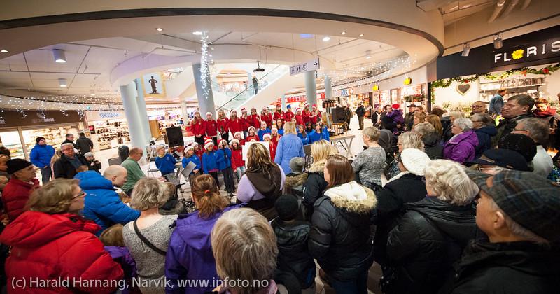 Barn- og ungdomskantoriene i Narvik, Ankenes og Håkvik synger julen inn på Amfi kjøpesenter 30. november 2013. Dir Ingjerd Grøm og Øyvind Bakken ved keyboard.